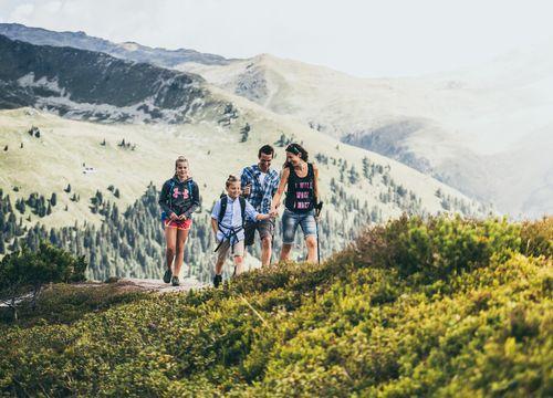 Family hiking in the Zillertal | © Zillertal Arena / Johannes Sautner